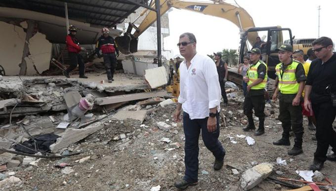 Correa exige exponer responsables de fragilidad de casas ante sismo