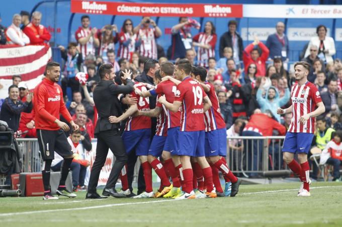 Los jugadores del Atlético celebran la victoria ante el Betis. FOTO/ EMILIO COBOS