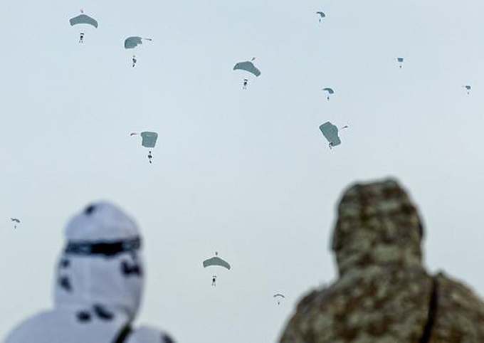 Una 'lluvia' de paracaidistas rusos se precipita al lado del Polo Norte
