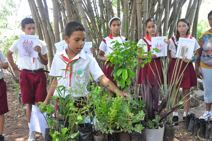 Estudiantes de la escuela primaria Granma, partícipes del Centro de educación ambiental Parque ecológico Rosa Elena Simeón, intercambian conocimientos/FOTO Rafael Martínez Arias.