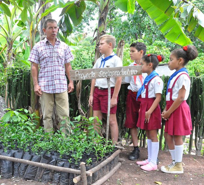 el maestro Ernesto Carrazana Medina, con sus alumnos en una actividad del proyecto socio porductivo de su escuela