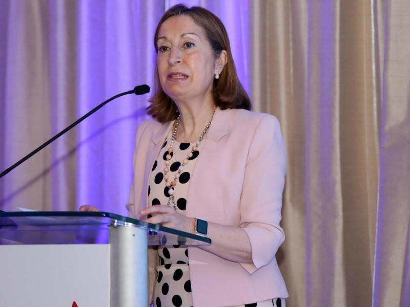 España quiere fortalecer las relaciones con Cuba, dijo Ministra