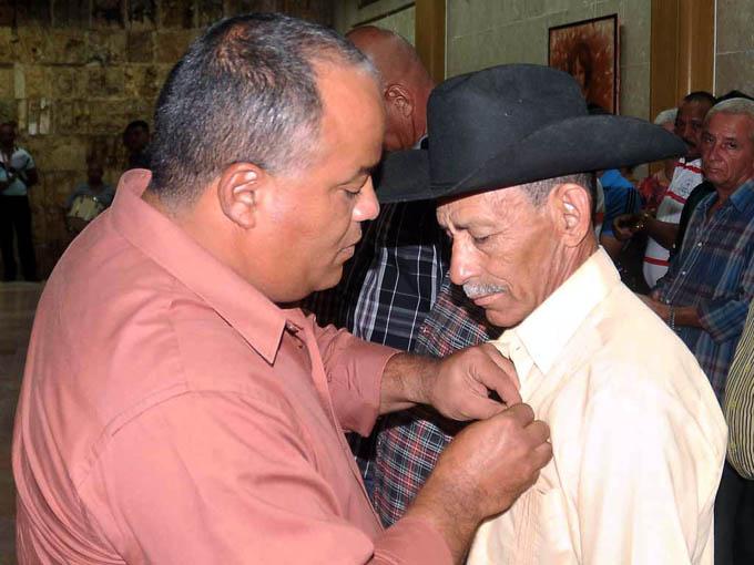 Condecoran a  cooperativistas, campesinos  y cuadros en Granma