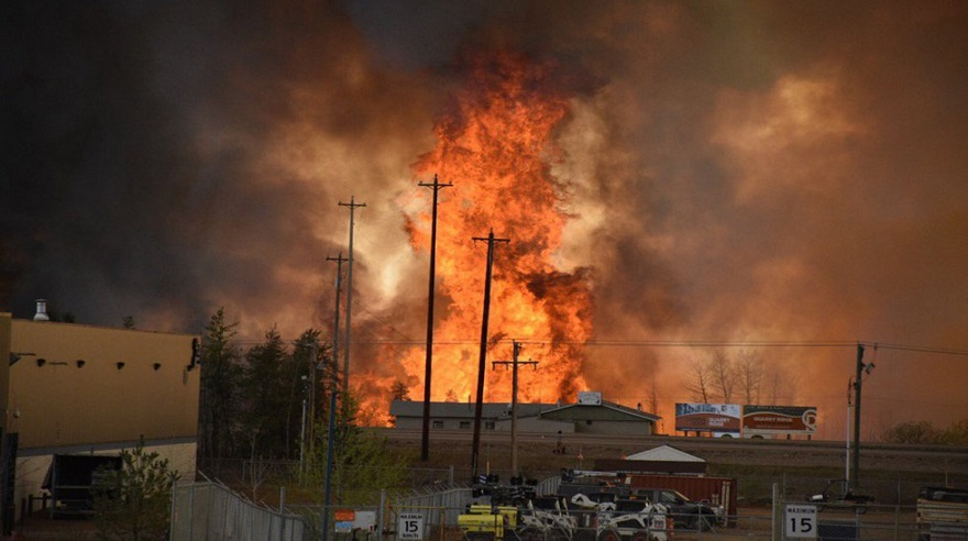 Miles de personas evacuadas en Canadá por incendio forestal