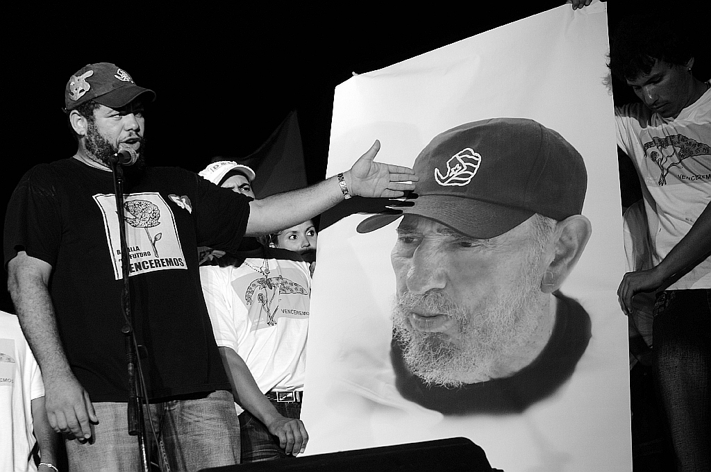 Artista cubano Kcho dedica en Francia obra a Fidel y Raúl Castro