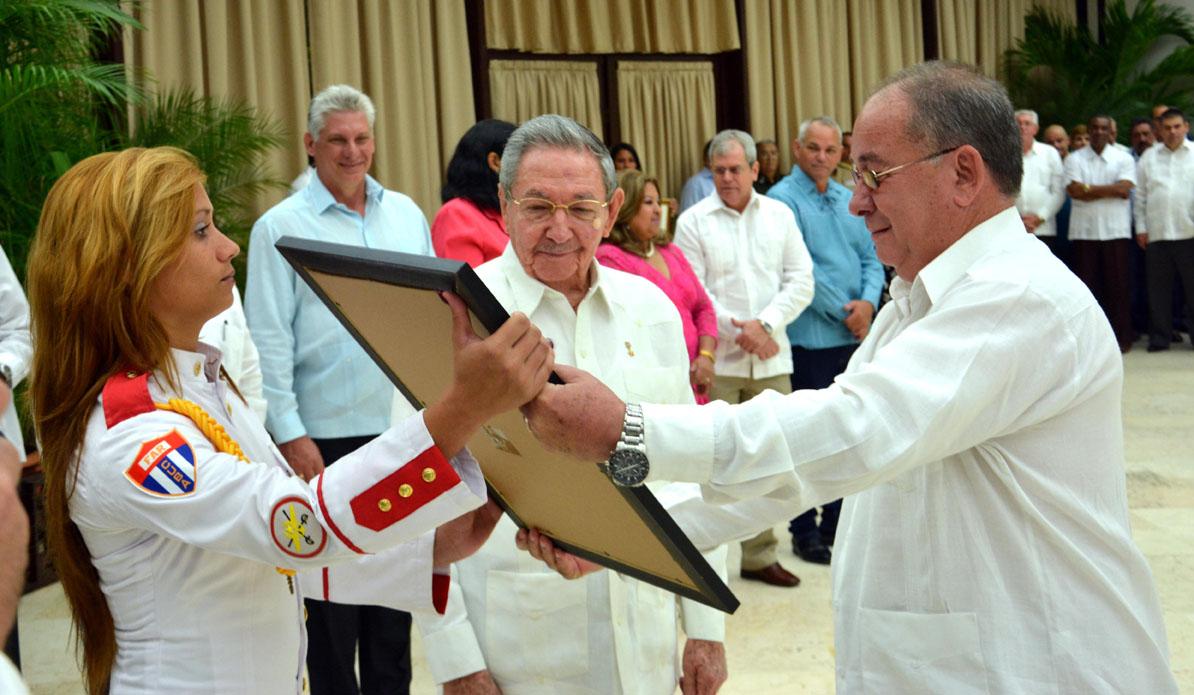 Raúl Castro condecora a Héroes del Trabajo