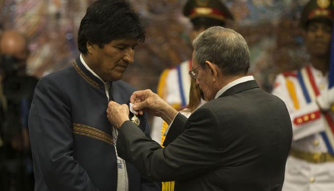 Entrega Raúl Orden José Martí a Presidente boliviano