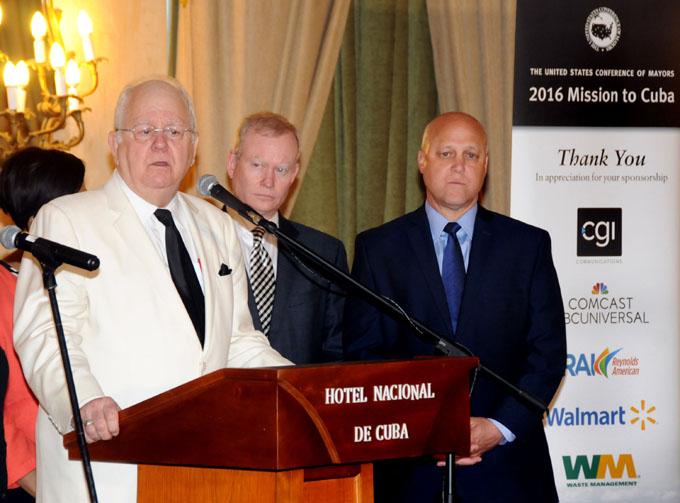 De izquierda a derecha, Tom Cochran, Director ejecutivo de la Conferencia de Alcaldes de Estados Unidos; Mick Cornett, alcalde de Oklahoma y vicepresidente de la Conferencia de Alcaldes; y Mitchell Landrieu, alcalde de New Orleáns y segundo vicepresidente de la Conferencia de Alcaldes, en el encuentro con la prensa, en el Hotel Nacional de Cuba, en La Habana