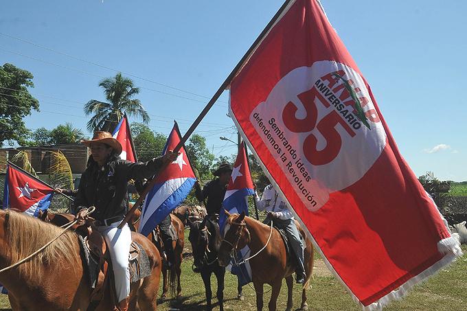 Recorre Granma Bandera Aniversario 55 de la ANAP