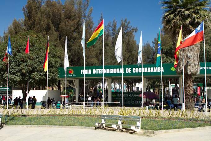 Variada oferta de servicios y productos cubanos en feria boliviana