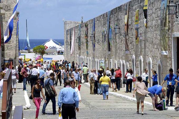 Centenares de cubanos asisten a feria de turismo
