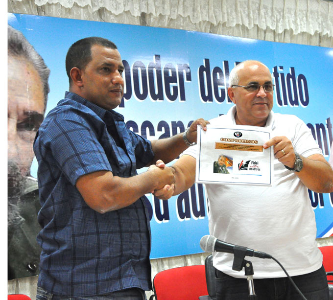 Osnel Zamora Martínez entrega a Carlos Rafael Miranda Martínez los compromisos de honor/FOTO Rafael Martínez Arias