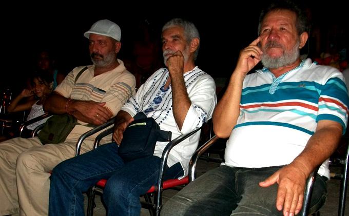 Alex Pausides junto a Juan Guevara y Manuel Olivera, vicepresidentes de la UNEAC en Granma y Manzanillo, respectivamente.