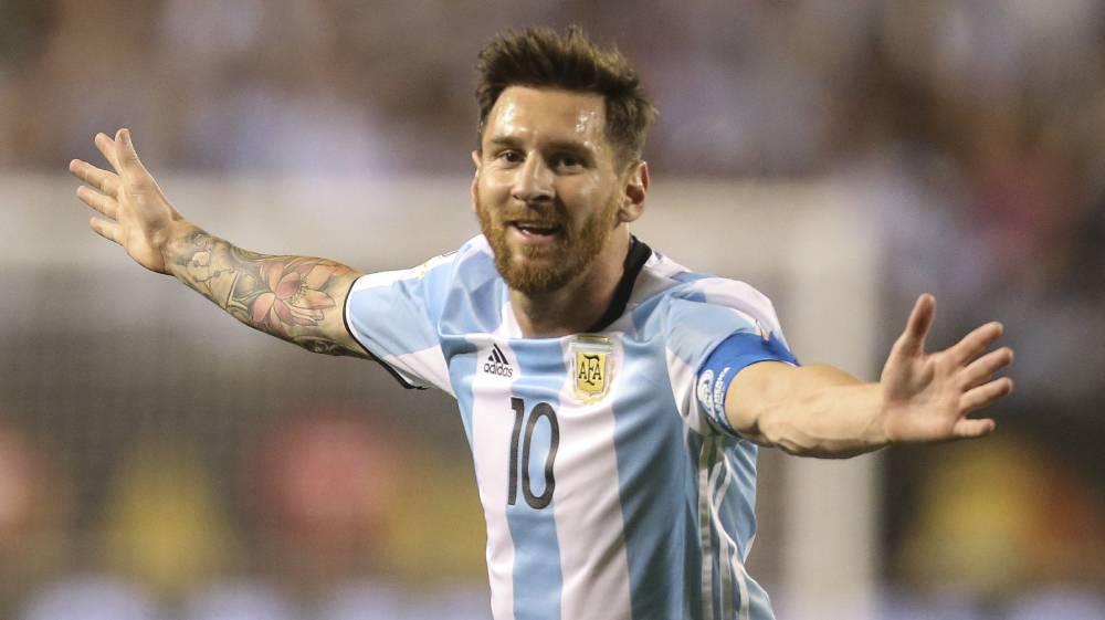 Un triplete de Messi pone a Argentina en cuartos