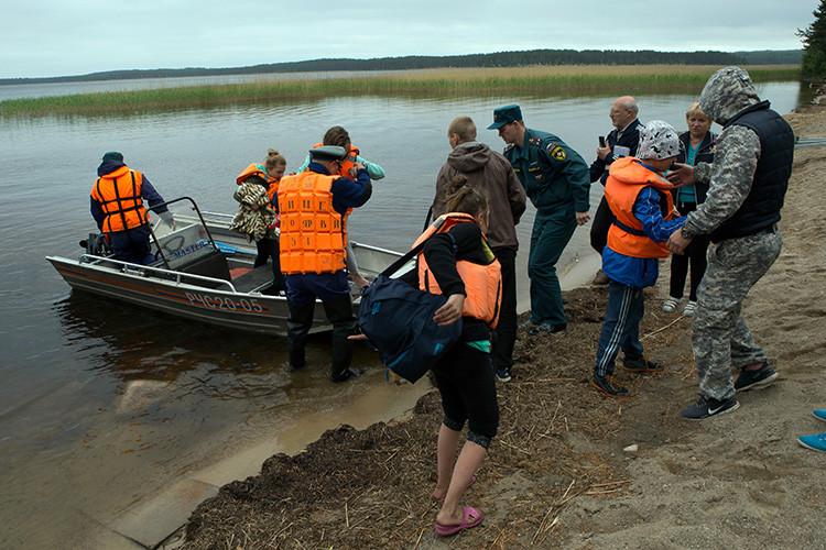 Al menos 13 niños mueren atrapados en una tormenta en un lago en Rusia