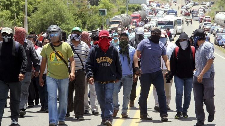 Seis muertos y decenas de heridos en choques entre maestros y policías en Oaxaca