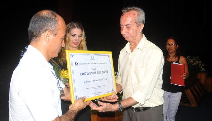 Recibe destacado investigador Roger E. Rivero, Premio Nacional de Medio Ambiente