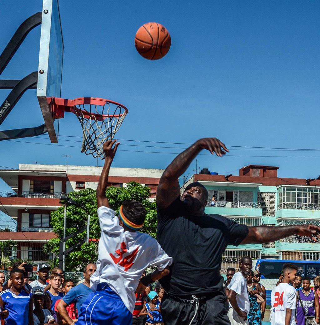 Leyenda del baloncesto estadounidense imparte clínica en Cuba (+ fotos)