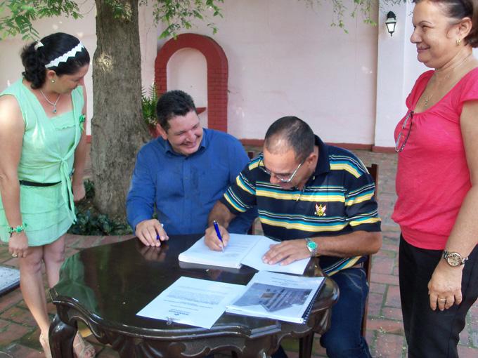 Ramón Hernández Ávalo, a la derecha, firma el acta de asunción de cargoFOTO/Orlando Fombellida Claro