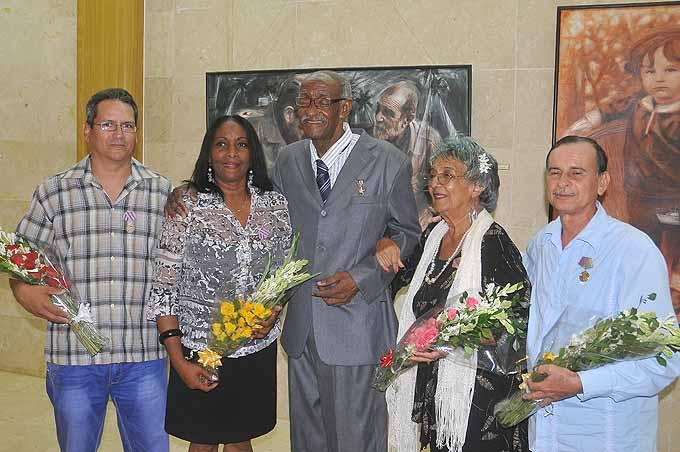 Imponen medalla de Héroe del Trabajo a pedagogo de Bayamo