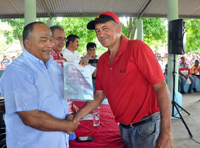 El Primer Secrtetario del Partido Comunista de Cuba en Granma, entrega un certificado de reconocimiento a un trabajador participante en el montaje de un sistema de FOTO/Rafael Martínez Arias