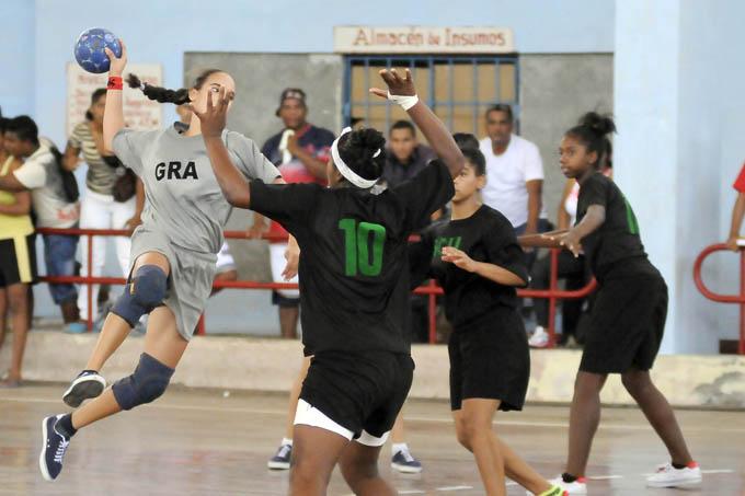 Abanderan delegación de Granma a los Juegos Escolares
