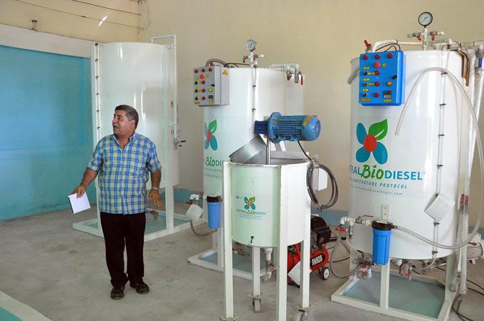 José Ángel Sotolongo Pérez elogia marcha del montaje de la planta biodiesel en Media LunaFOTO/Rafael Martínez Arias