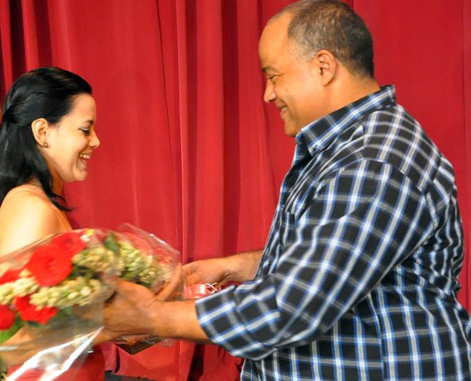 Federico Hernández felicita a la estudiante Título de Oro, Premio al Mérito Científico  Vanguardia Integral, Rosa Montejo ChávezFOTO/Rafael Martínez Arias