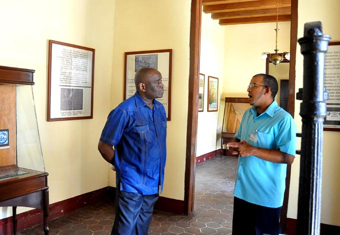 En el Museo Casa Natal de Carlos Manuel de Céspedes, conversa con el historiador Miguel Muñoz López, especialista de la instituciónFOTO/Rafael Martínez Arias
