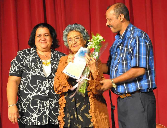 Reconocimiento a Dulce María Torres García, por sus 55 años de labor magisterialFOTO/Rafael Martínez Arias