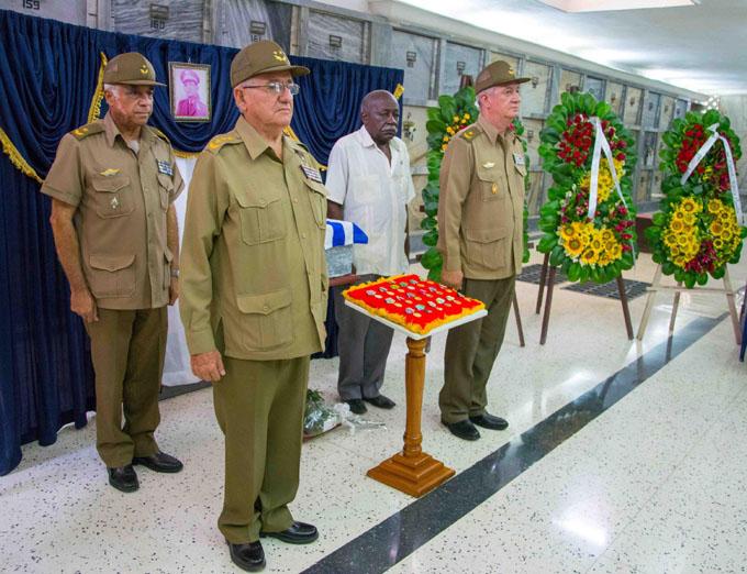 Ofrenda floral de Raúl en honras fúnebres de general cubano