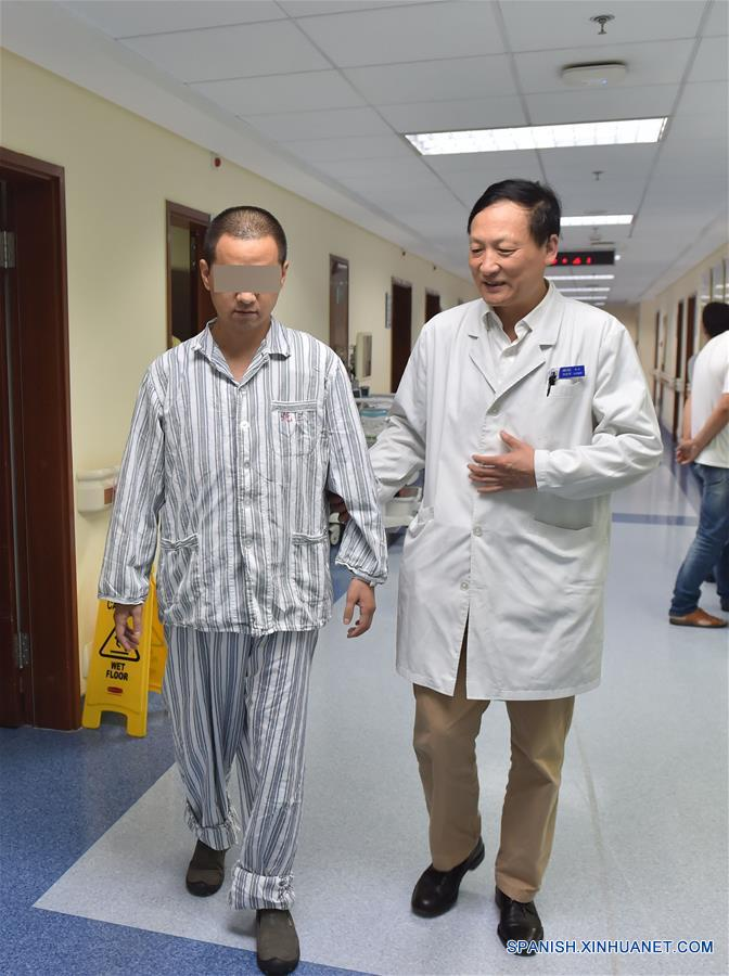 Paciente chino que recibió vértebra impresa en 3D
