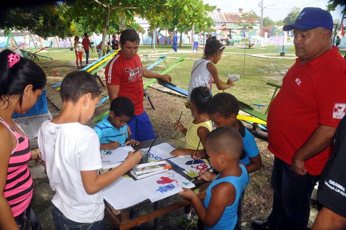 Federico Hernández Hernández, primer secretario del Partido Comunista de Cuba en Granma, recorrió las instalaciones y se interesó por las actividades y ofertas/ FOTO Luis Carlos Palacios