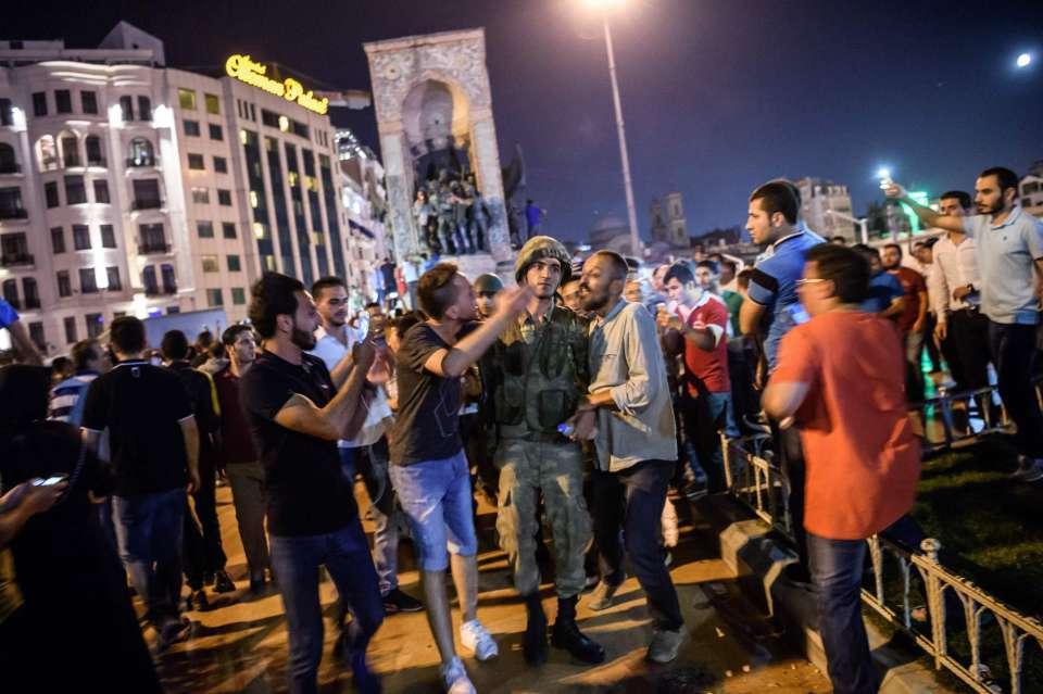 La población frena en la calle el golpe de Estado en Turquía