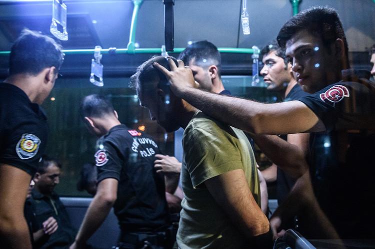 Cerca de ocho mil detenidos en Turquía tras fallido golpe de Estado