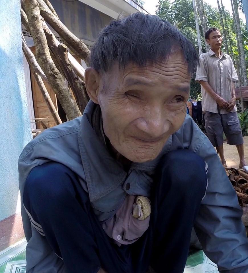 Padre e hijo vuelven a la civilización tras pasar 40 años en la jungla huyendo de la guerra (+ fotos y video)