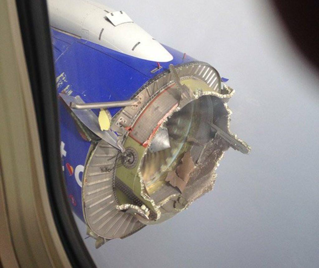 Un Boeing pierde parte del motor tras una explosión en pleno vuelo