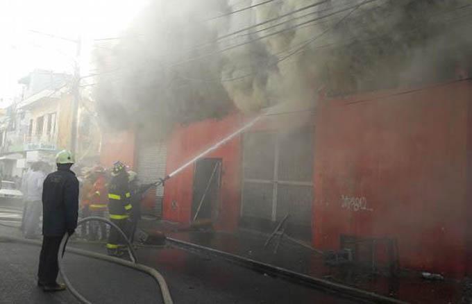 Tras ocho horas, bomberos controlan incendio en La Paz