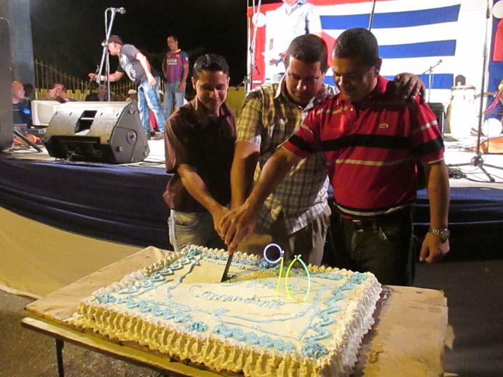 Jolgorio manzanillero festeja cumpleaños de Fidel