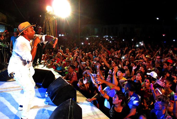 ¡Cerrada ovación para Descemer Bueno en Manzanillo!