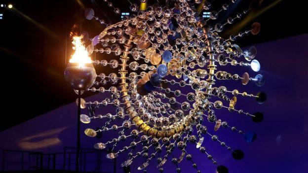 El juego de la luz del fuego sobre los espejos de la escultura fue muy bien recibido por los espectadores del Maracaná