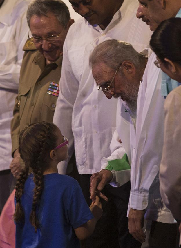 Fidel Castro asiste a gala cultural por su 90 cumpleaños (video)