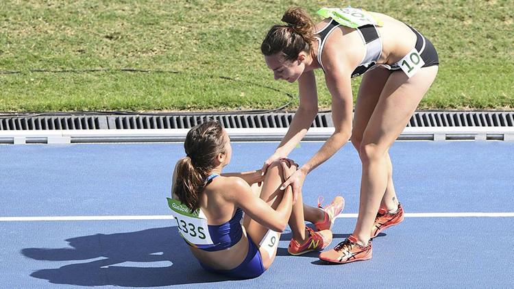 El COI premia a la atleta que ayudó a otra tras caer en la pista
