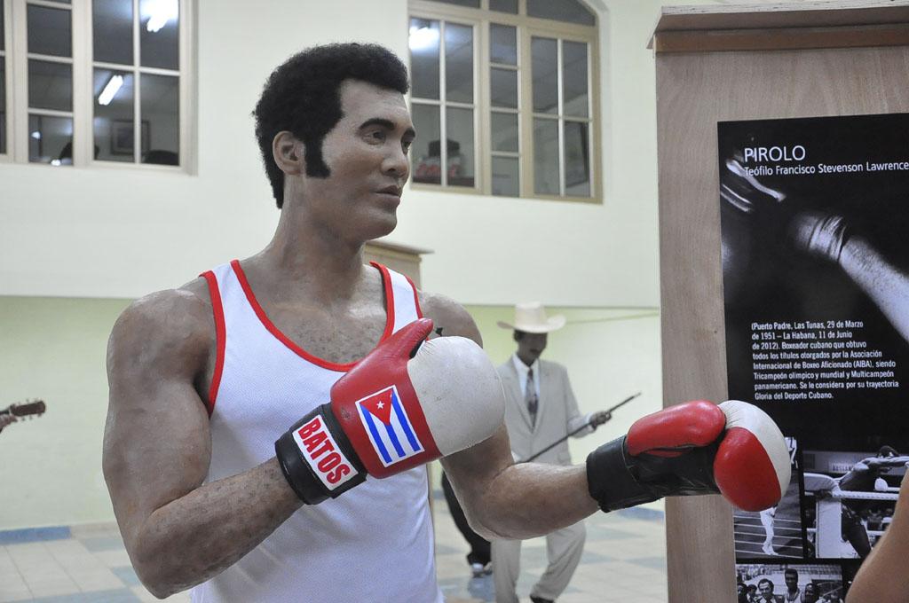 Develan escultura del boxeador Teófilo Stevenson (fotos y videos)