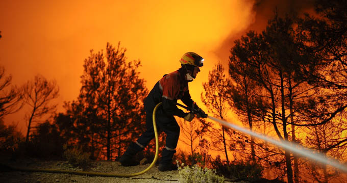 Un muerto y centenares de evacuados deja incendio en España