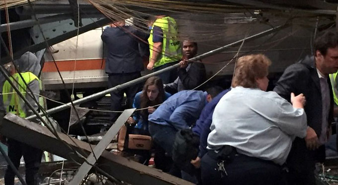 Choque de tren en Estados Unidos deja tres muertos y unos 100 heridos