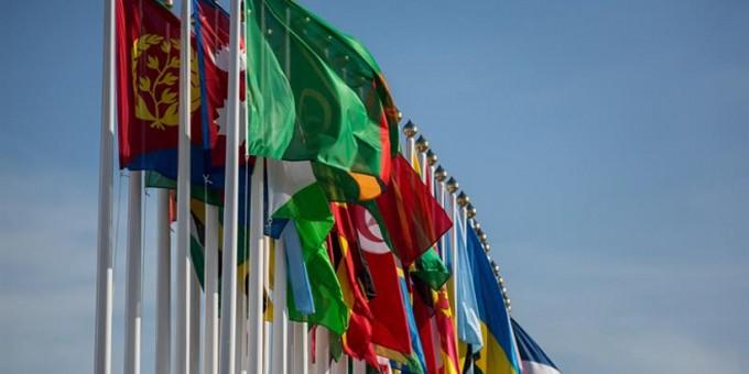 Banderas-de-los-países-que-participan-en-la-XVII-cumbre-del-Movimiento-de-países-No-Alineados