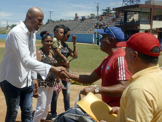 Chicho recibe el agasajo de los manzanilleros