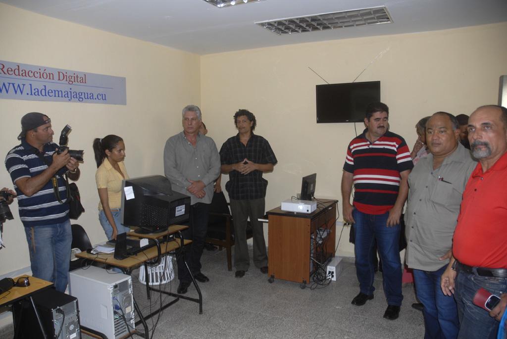 Díaz-Canel en la redacción digital de La Demajagua