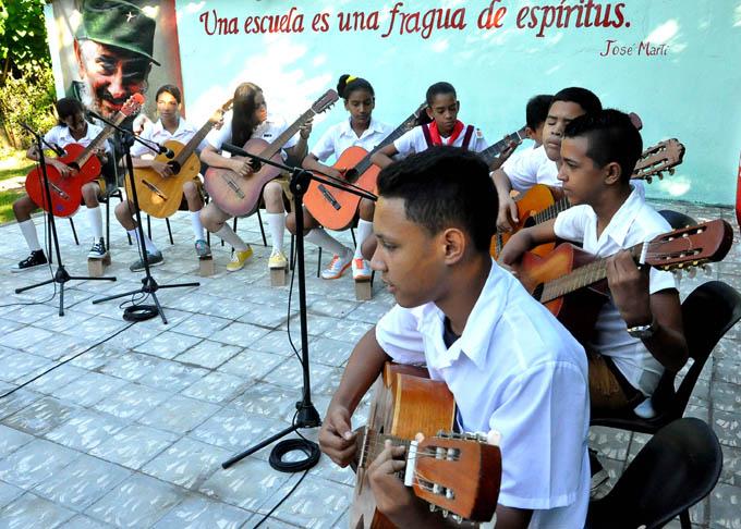 Recibe escuela de Jiguaní reconocimiento de los CDR